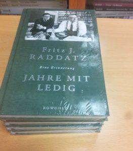 """An alle Teilnehmenden verschenkt: Fritz J. Raddatz: Eine Erinnerung Jahre mit Ledig ISBN: 978-3-498-05798-5 Klappentext: """"Der sensible Elefant. Er konnte trompeten, stampfen und zärtlich sein."""""""