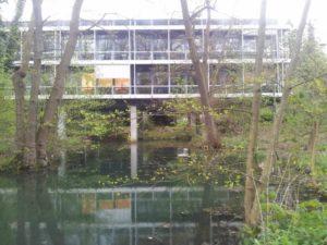 In grüner Umgebung: Der Rowohlt-Verlag vom Wanderweg aus gesehen