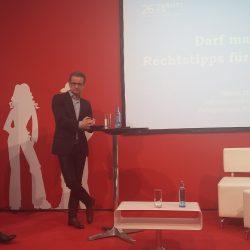 Darf man das - Präsentation von Rainer Dresen auf der Leipziger Buchmesse 2018 - man sieht auf der linken Seite die Moderatorin und in der Mitte den Rechtsanwalt an einem Stehtisch stehen